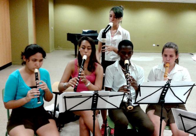 estudiantes del taller de flauta dulce, en las aulas de ensayo del Conjunto Ars Longa