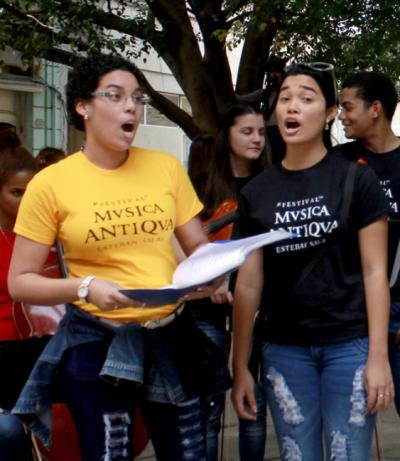estudiantes de canto coral dentro del pasacalle de la 11na edición del Festival de Música Antigua Esteban Salas de La Habana