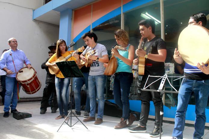 estudiantes de cuerdas pulsadas dentro del pasacalle de la 11na edición del Festival de Música Antigua Esteban Salas de La Habana